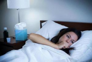женщина в постели кашляет