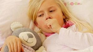 ребенок в постеле кашляет