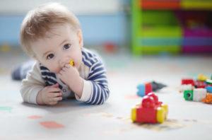 ребенок игрушки