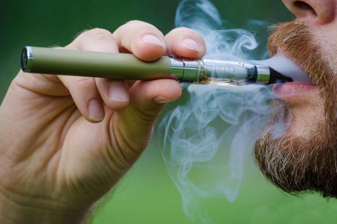 курит вейп