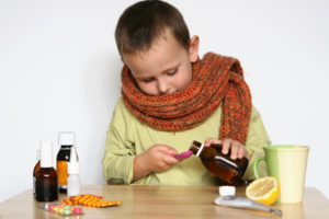 мальчик пьет лекарства