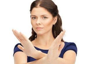 девушка скрестила руки